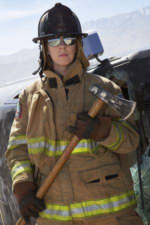 Retrato de mujeres bombero celebraci�n hacha Foto de archivo - 3540934