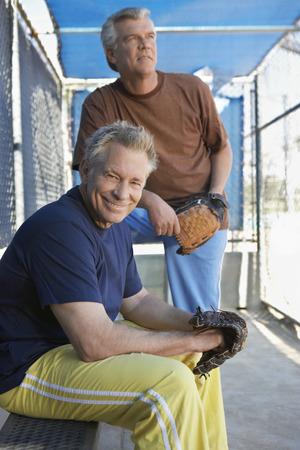 baseball dugout: Hombres mayores de b�isbol sentado en piragua