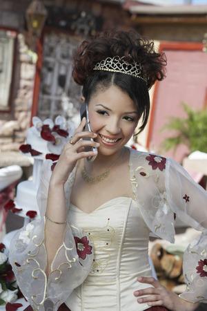 Bride en utilisant le téléphone portable, portrait Banque d'images - 3812288