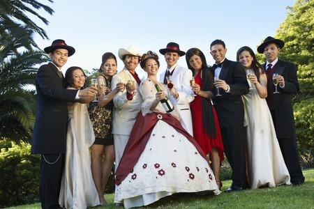 Gruppo ritratto di sposi e ospiti in giardino Archivio Fotografico - 3812635