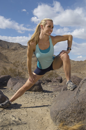 female jogger: Mujeres corredor se extiende en las monta�as