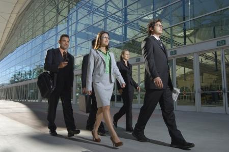 Groupe de gens d'affaires de marche pass� immeuble de bureaux Banque d'images - 3813218