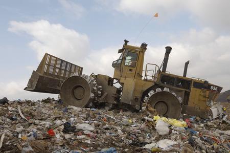 landfill site: Digger lavoro in discarica