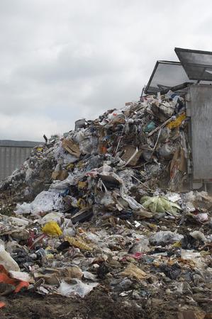 landfill site: Dumping camion dei rifiuti a discarica