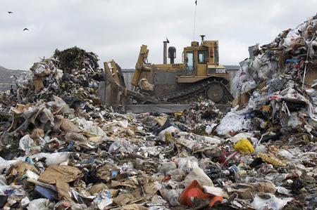 landfill site: Digger movimento dei rifiuti in discarica