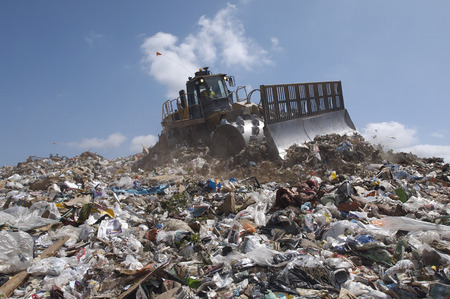 landfill site: Digger di lavoro a discarica LANG_EVOIMAGES