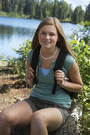 one teenage girl only: EE.UU., Alaska, el adolescente llevaba una mochila en el lago, retrato