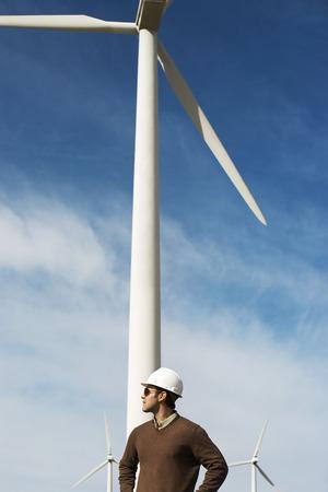 wind farm: Ingeniero llevar hardhat en parque e�lico