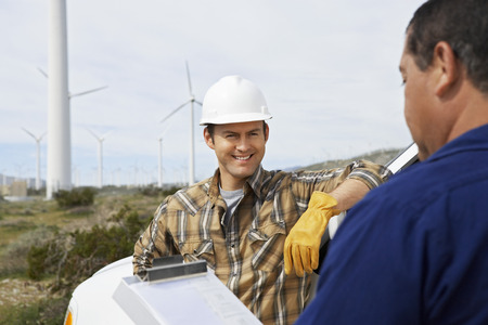 wind farm: Ingenieros cerca de los aerogeneradores en parque e�lico