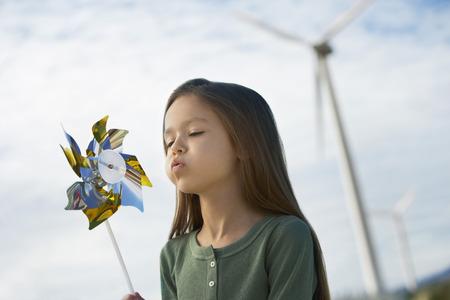 wind farm: Chica (5-6) en el molino de viento que sopla juguete parque e�lico