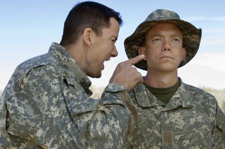 Soldier Geschrei auf Kollegen Standard-Bild