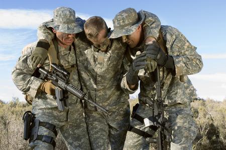 Les soldats à pied dans le domaine transportant collègue
