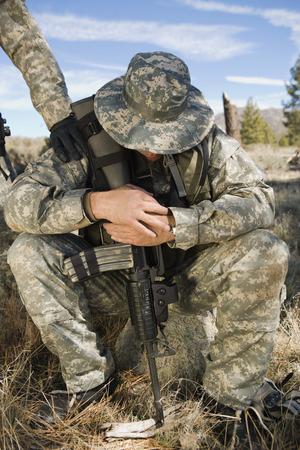 anguished: Soldato seduta, guardando verso il basso