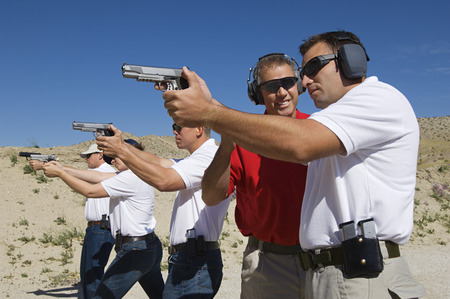 pistola: Instructor de ayudar a los hombres destinados armas de mano en campo de tiro LANG_EVOIMAGES