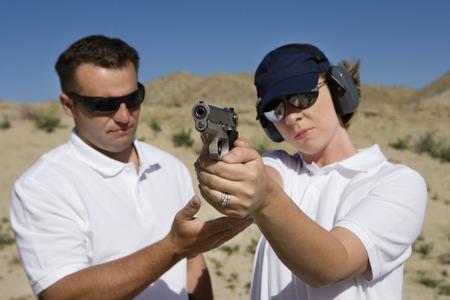 istruzione: Istruttore di assistenza volti a mano donna cannone a tiro nel deserto