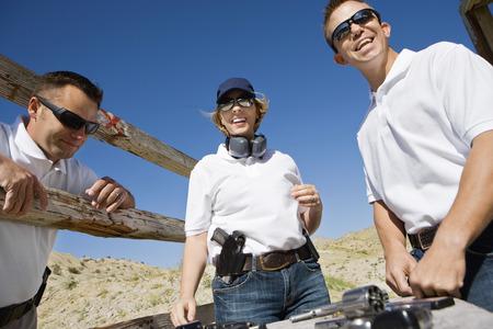 mujer con pistola: El hombre y la mujer con pistolas en mano pol�gono de tiro LANG_EVOIMAGES