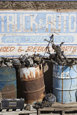 junkyard: Rusty signo de barriles y en el dep�sito de chatarra