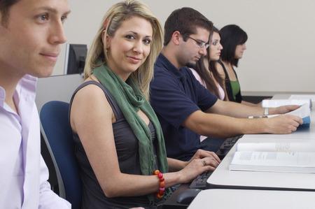hombre estudiando: Los estudiantes trabajan en equipo aula