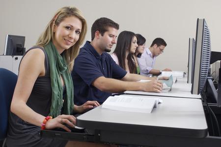 Los estudiantes que trabajan en aula Foto de archivo