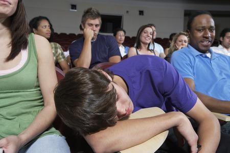 Bored studenti in Aula durante la lezione