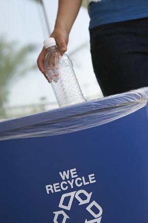 logo recyclage: Personne de recyclage de bouteilles en plastique, close-up