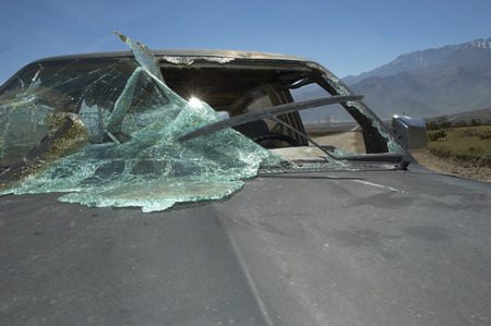 smashed: Close-up of car with broken windshield LANG_EVOIMAGES