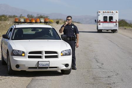 policier: L'agent de police en utilisant la radio CB sur la route du d�sert