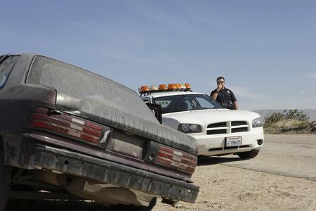 Oficial de policía hablando por radio CB en la carretera Foto de archivo - 3906362