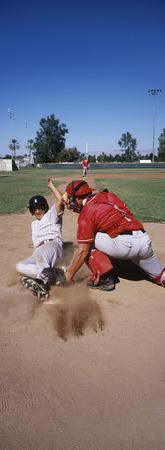 Joueur de baseball en train de sombrer dans la base