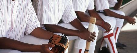 baseball dugout: Jugadores de b�isbol sentado en piragua
