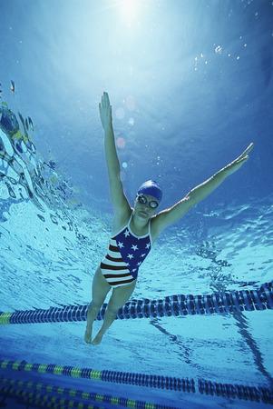 Weibliche Schwimmer Tragen Vereinigten Staaten Einteiler, Schwimmen im Pool