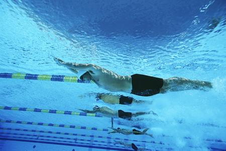 low angle views: Hombres nadadores de carreras en la piscina, bajo el fin LANG_EVOIMAGES
