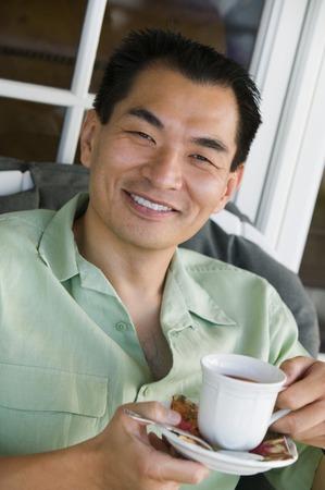 hombre tomando cafe: Sonriente hombre Drinking Coffee