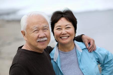pareja de esposos: Sonriente pareja de adultos