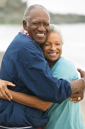 seres vivos: Pareja mayor abrazos en la playa