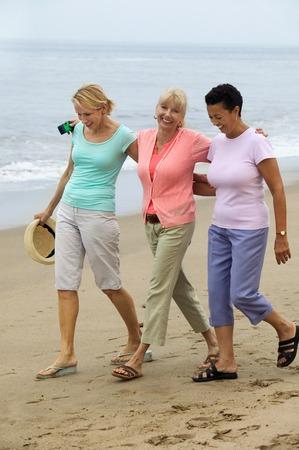compa�erismo: Mujeres Walking Beach juntos LANG_EVOIMAGES