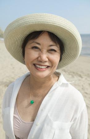 Lachende vrouw op strand Stockfoto