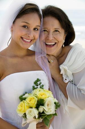 Happy mariée et mère Banque d'images - 5412423