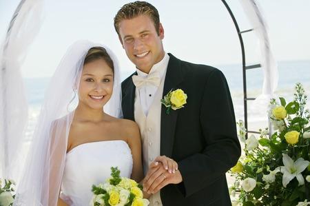 interracial marriage: Sposa e sposo in arco