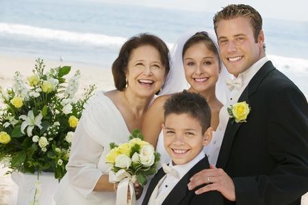 interracial marriage: Sposa e sposo con la madre e il fratello
