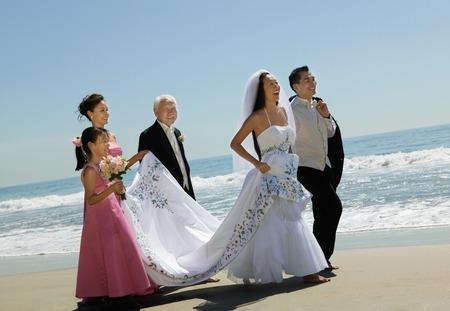 interracial marriage: Sposa e sposo con la famiglia sulla spiaggia