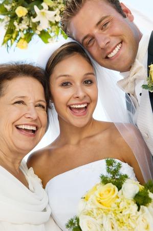 compromiso: Novia y el novio con la madre en la playa