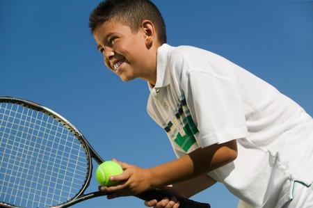 raqueta de tenis: Young Tenista preparando para servir LANG_EVOIMAGES