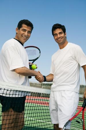 manos estrechadas: Los jugadores de tenis LANG_EVOIMAGES