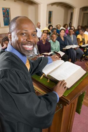 Prediger und Gemeinde Standard-Bild