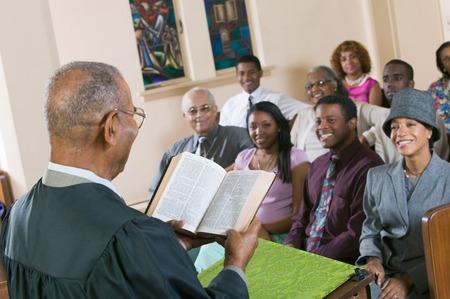 Minister Giving Predigt in der Kirche Standard-Bild