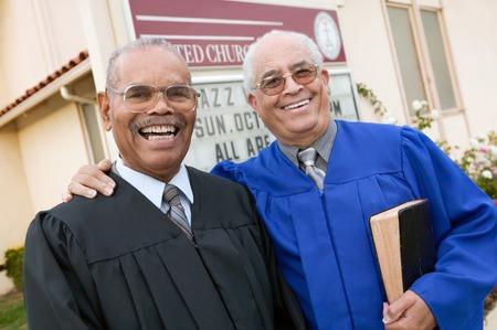 predicador: Dos ministros en frente de la Iglesia