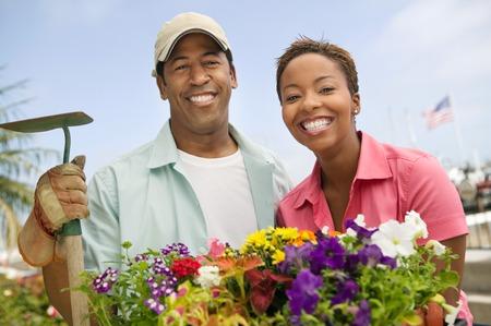 ser humano: Pareja trabajando juntos en el Garden  LANG_EVOIMAGES