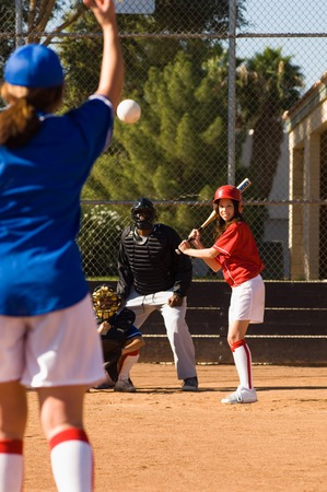 softbol: Pitcher Throwing Softbol Hacia Bateador LANG_EVOIMAGES