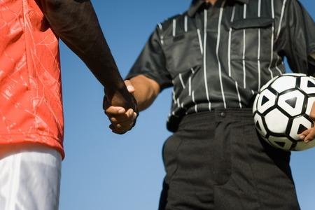 manos estrechadas: �rbitro y jugador Shaking Hands LANG_EVOIMAGES